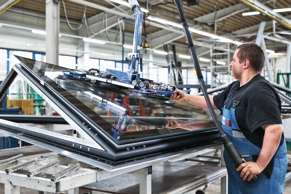 Maschine mit Saugarm trägt eine Fensterscheibe