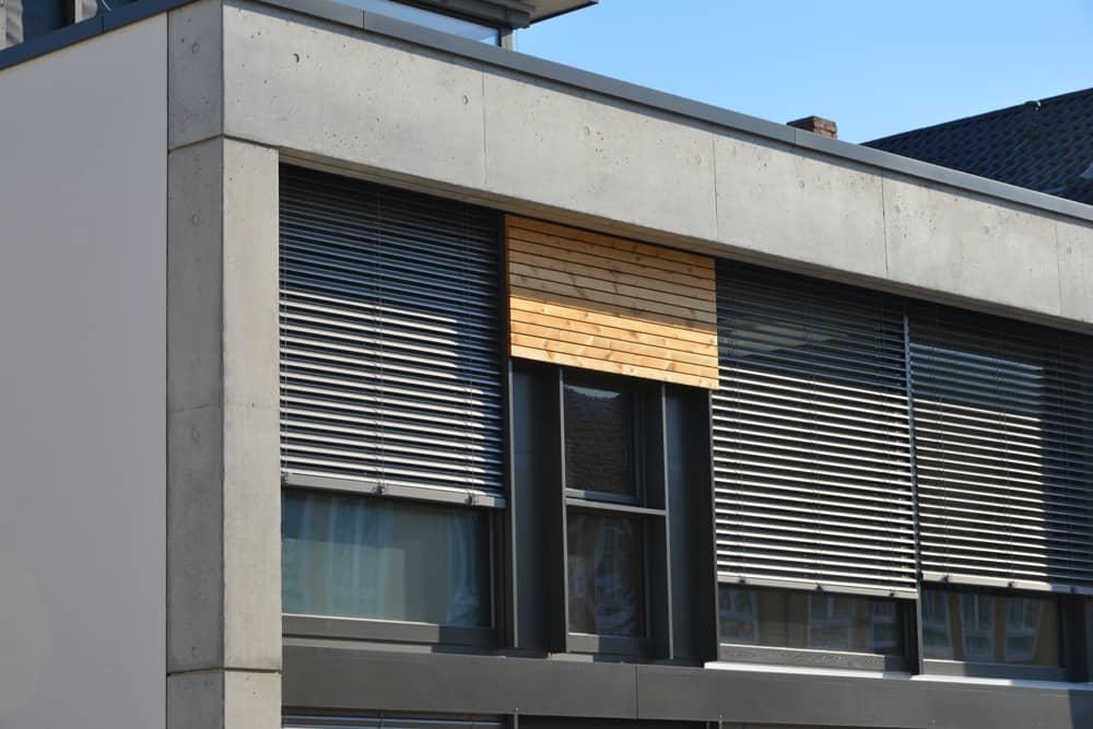 Fensterfront mit mehreren Raffstoren