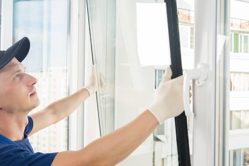 Handwerker baut ein Fenster ein