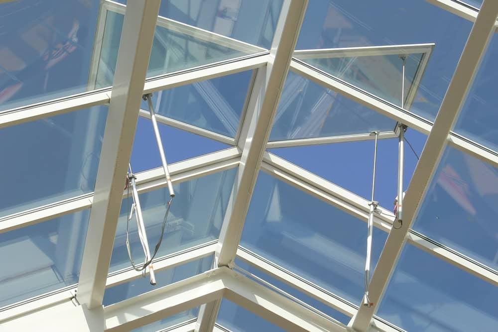 Glasdach mit 2 geöffneten Dachluken